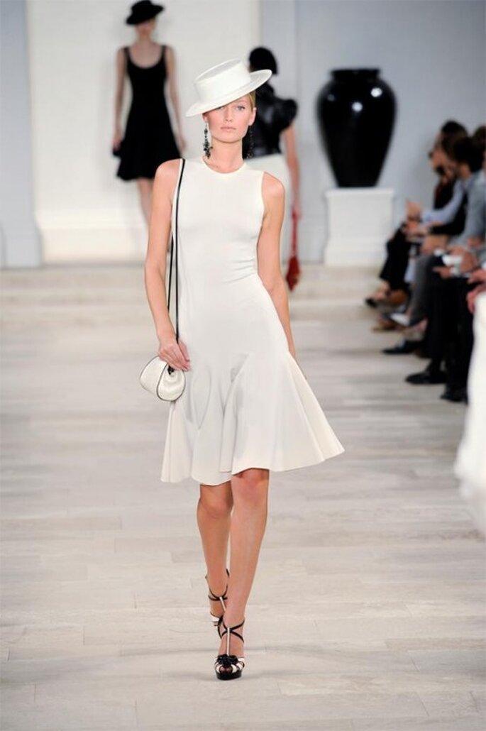 Vestido de fiesta corto en color blanco sin mangas y falda con movimiento en corte A - Foto Ralph Lauren
