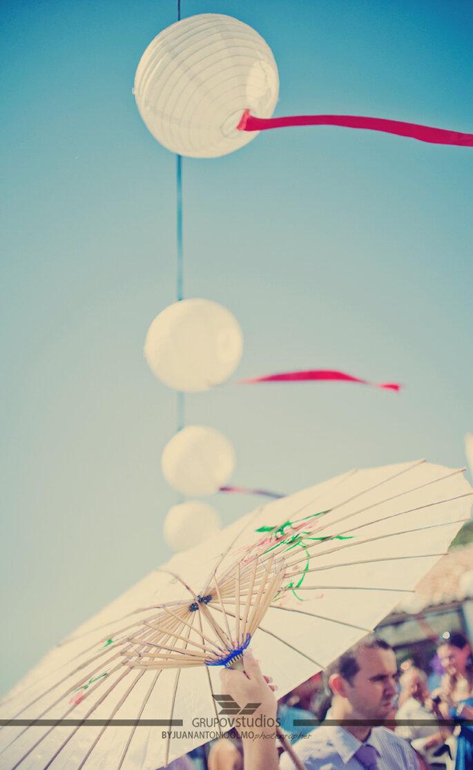 Ombrelles en papier à votre mariage. Photo: Juan A Olmos Vstudios