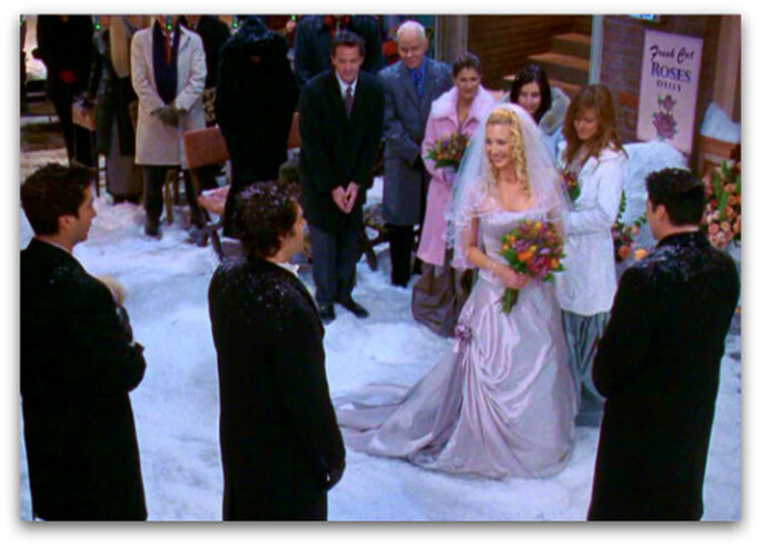 Phoebe fa a meno del cappotto nonostante il freddo: più sposa urbana di così! Foto: Warner Bros