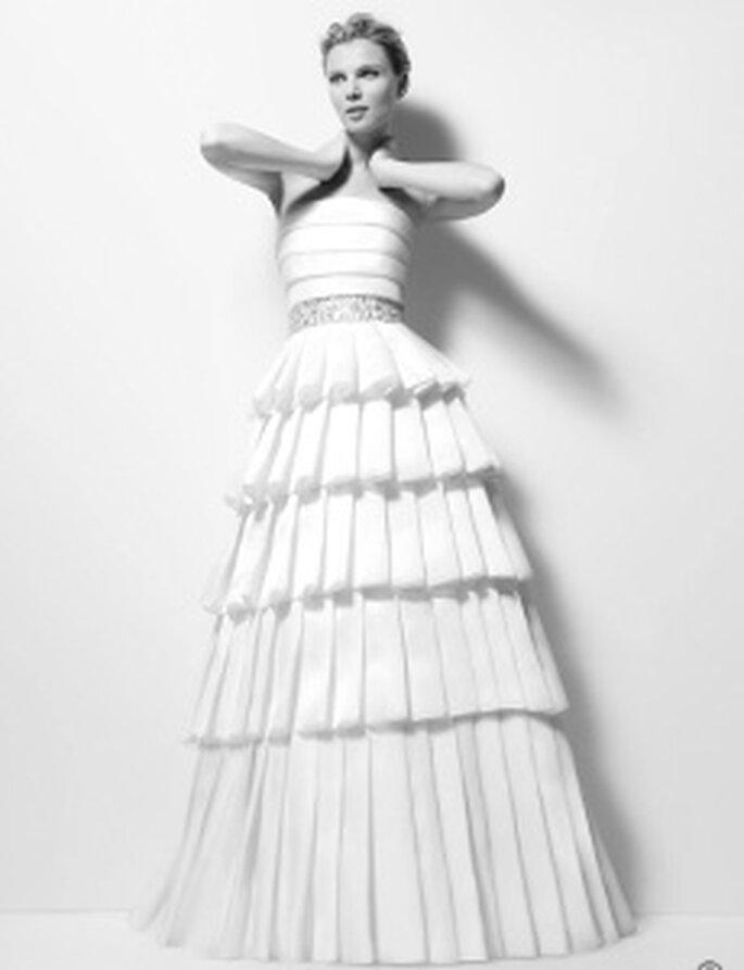 Karl Lagerfeld 2010 - Ximena, Langes, schulterfreies Kleid aus Organza mit strassbesetztem Saum, horizontale Linien, Rüschen und Gürtel