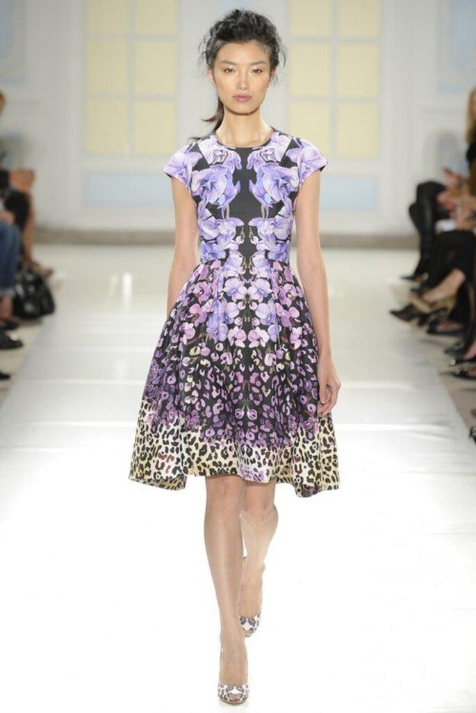 Vestido de fiesta corto en color púrpura con estampados - foto Temperley London