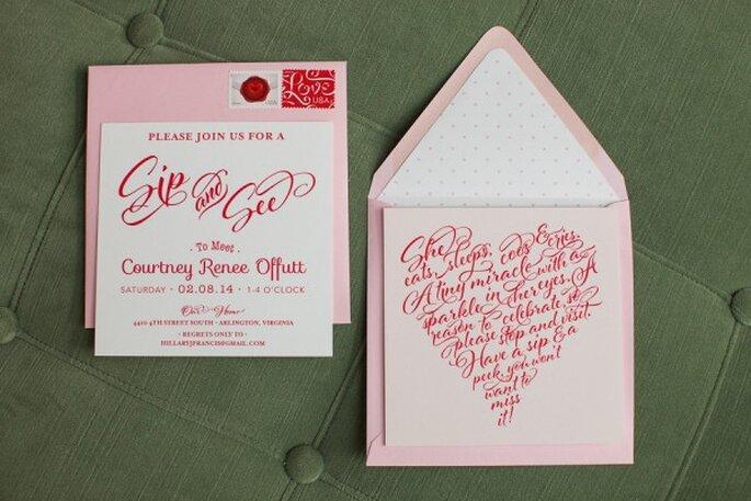 Invitaciones de boda con un detalle en color rosa pastel - Foto The Observatory