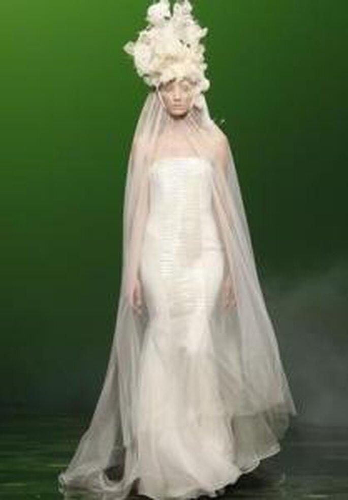 Victorio & Lucchino 2010 - Vestido largo de corte sirena, escote strapless, detalle del velo