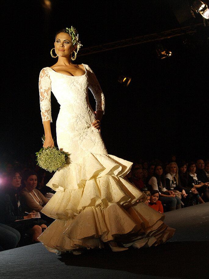 Otro diseño de Pilar Vera, con sensuales líneas y hermoso tocado