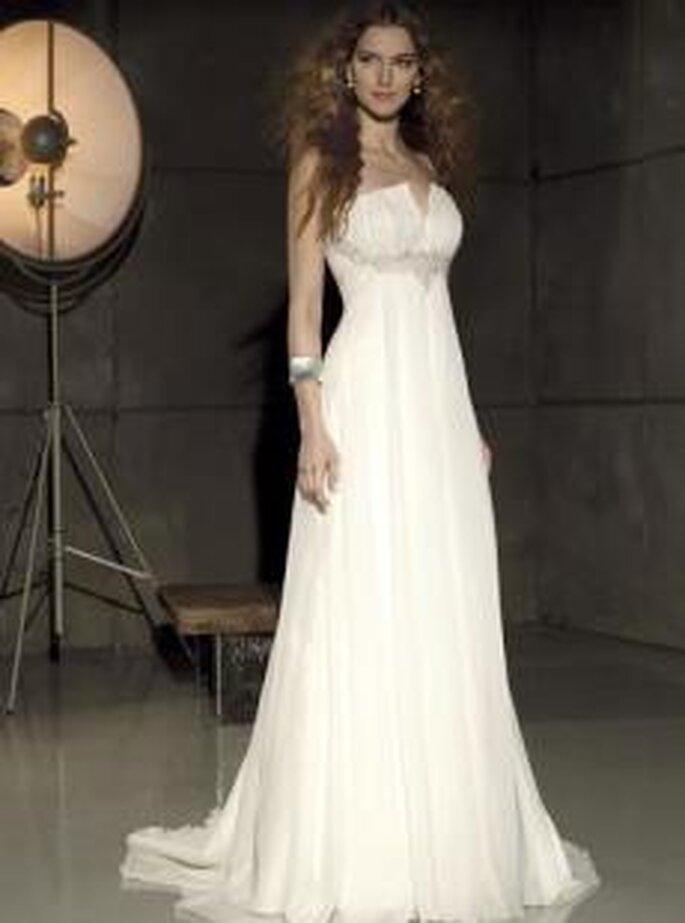 Villais 2010 - Gema, vestido largo en seda plisada, corte imperio, escote palabra de honor