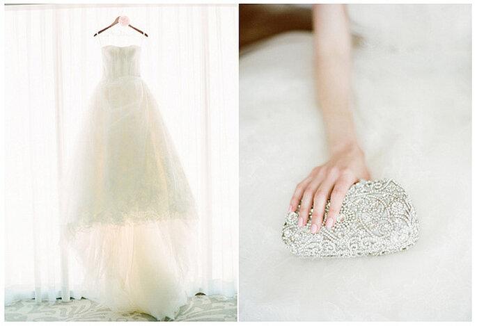 Los accesorios blancos con toques brillantes son un complemento perfecto para un look blanco total. Foto: KT Merry Photography