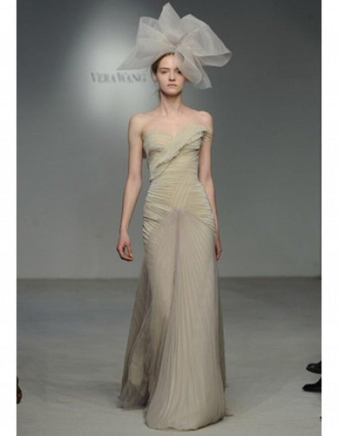 Vestido de novia corte columna, strapless con falda de organza plisada