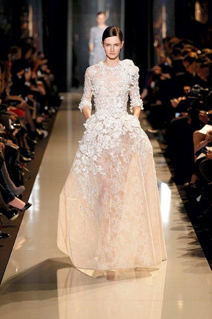 Vestido de alta costura con encaje blanco para novias - Foto Elie Saab 2013