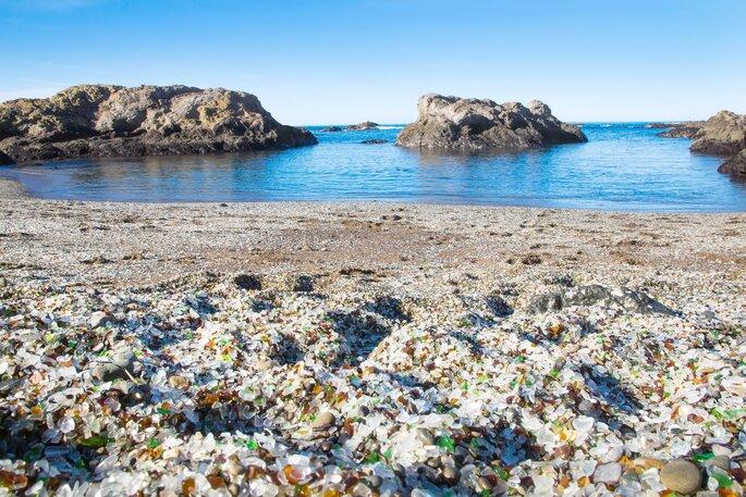 N'oubliez pas vos chaussures pour fouler le sable en verre de cette plage californienne. Crédit : IrinaK, Shutterstock