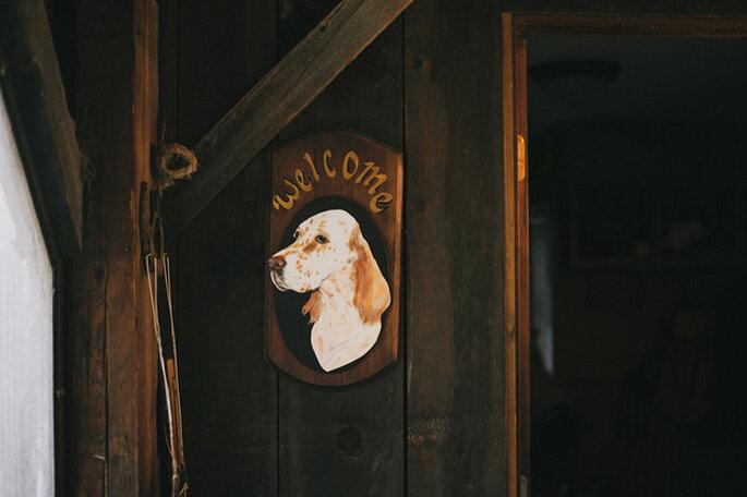 Le tableau situé à l'entrée de la salle de réception du mariage donne le ton ! Photo: Alexandra Roberts Wedding Photograph
