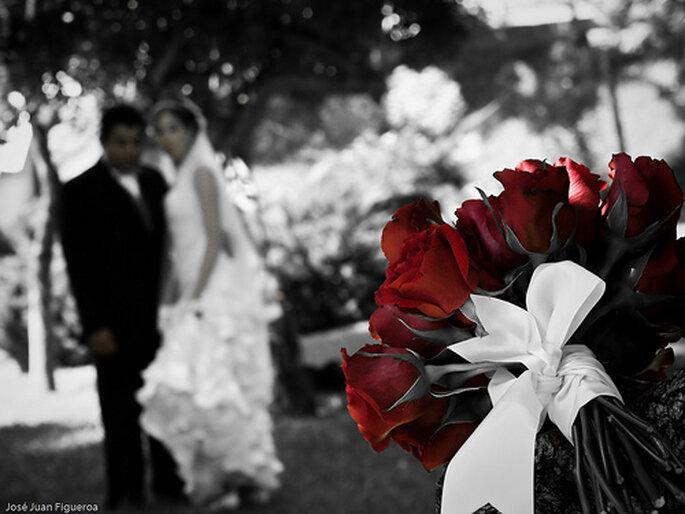 Rosas rojas atadas a mano