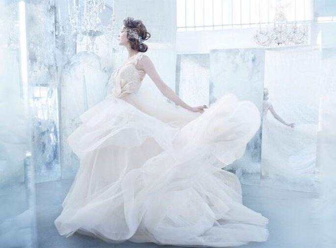 Vestido de novia 2013 en color champagne con falda de tul, escote con bordados de encaje y falda circular con cauda catedral - Foto Lazaro en JLM Couture