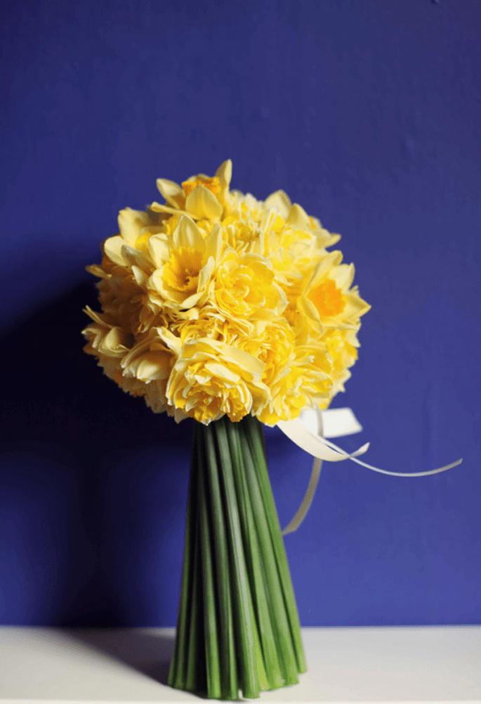 El ramo de la novia con un formato compacto y de flores amarillas - Foto Haywood Jones Photography