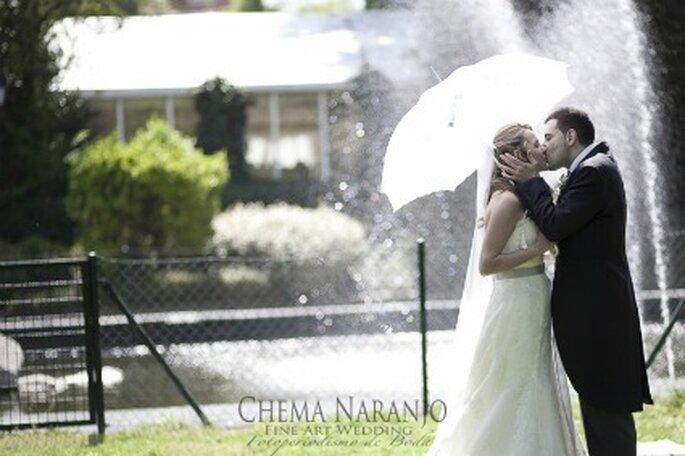 Los novios en el jardín donde tuvo lugar la boda - Fotografía: Chema Naranjo