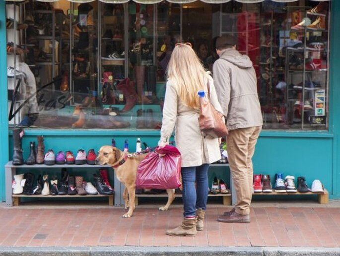 window-shopping-couple