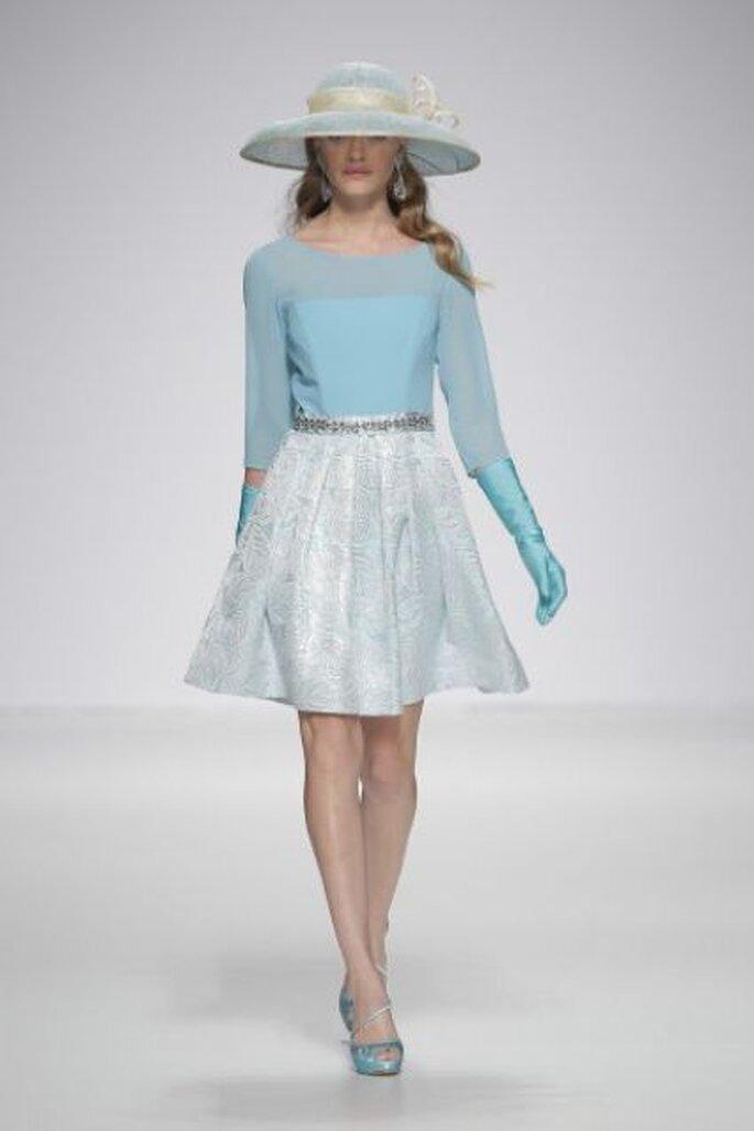 Vestido corto con blusa transparente, cinturón brillante y falda en A de Ana Torres 2015