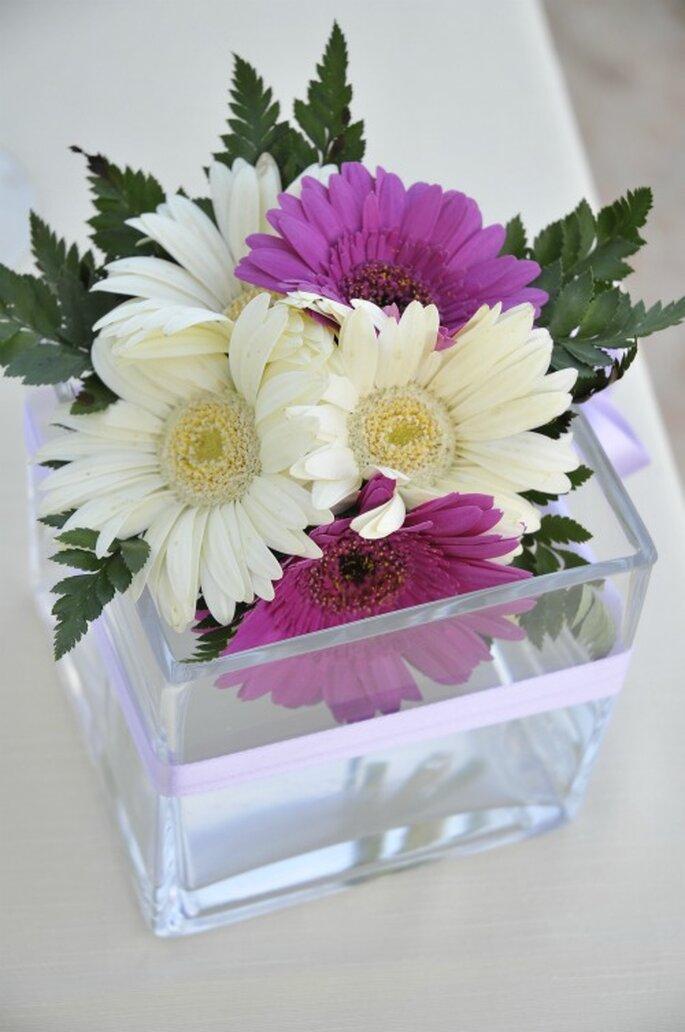 Semplice centrotavola con gerbere bianche e lilla. Foto New Image Officina d'Immagine