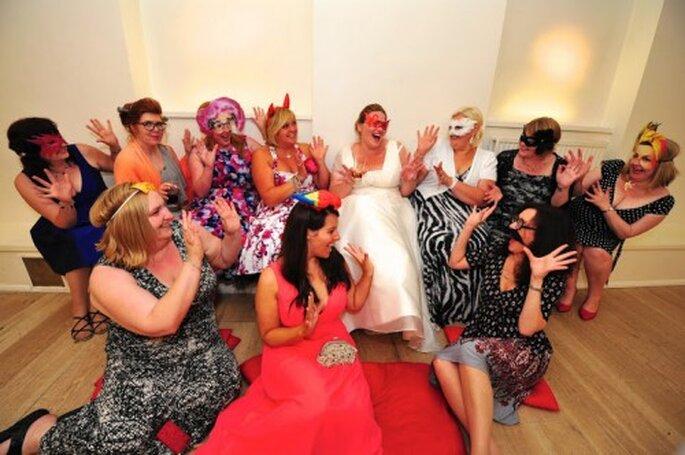 Jouez avec des accessoires et des déguisements pour avoir des photos amusantes de vos invités le Jour J - Photo : Awardweddings