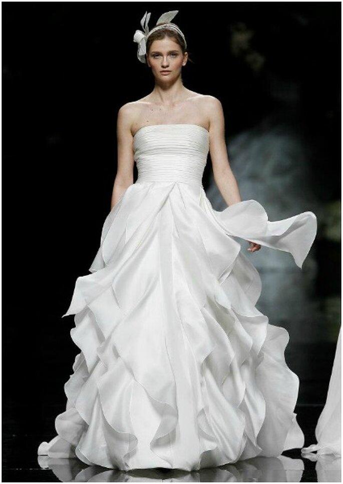 Vestido de novia con falda capeada de gasa, de Pronovias 2013. Foto: Pronovias