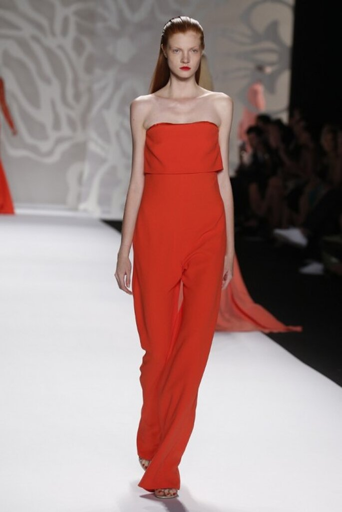 Enterizo en color anaranjado intenso con escote strapless, cauda pequeña y pantalones de corte recto - Foto Monique Lhuillier