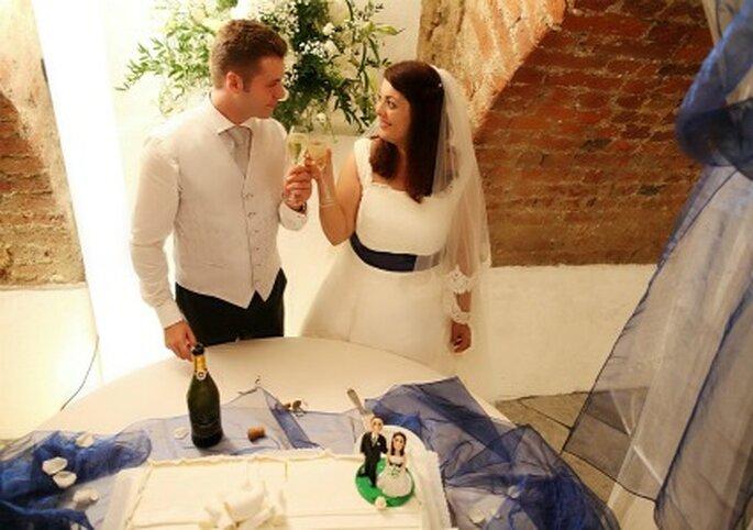 Tocchi di bianco e blu anche al momento del brindisi per Elisa e Alessio. Foto di Marco Roveri