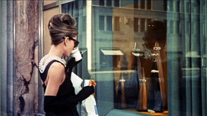 Audrey Hepburn frente a la vitrina de Tiffany. Primera escena de la película. Foto: Wikimedia Commons