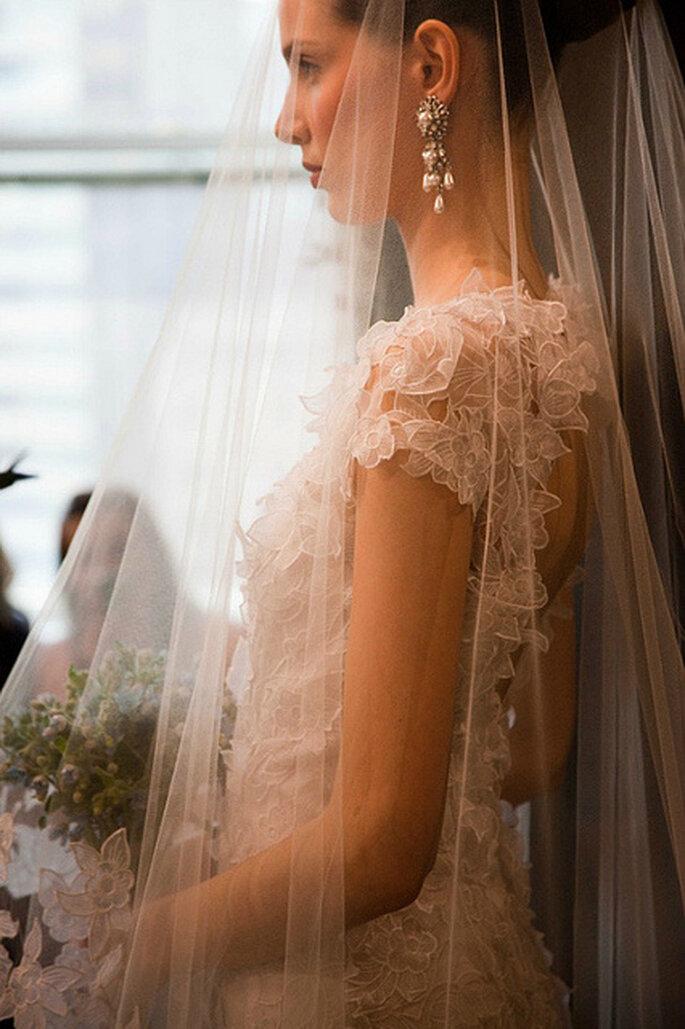 Unos aretes largos de perlas y oro son ideales para combinar con peinados recogidos. Foto: Oscar de la Renta