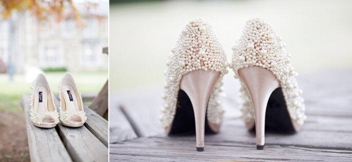 Zapatos de novia con brillos y aplicaciones - Glass Jar Photography
