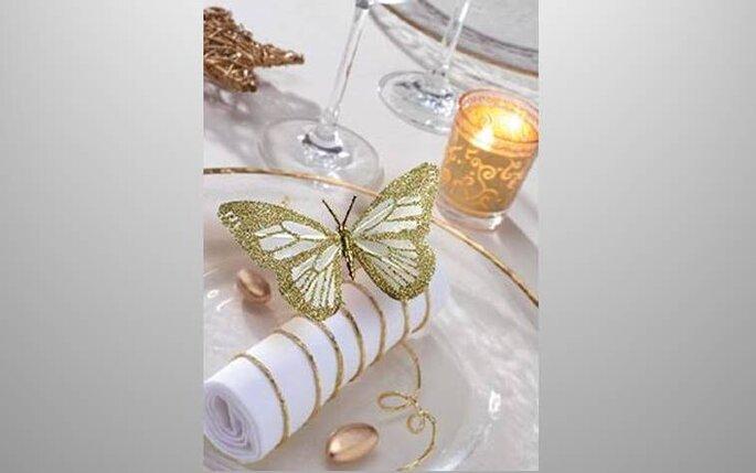 decoration-de-table avec papillon doré et bougie