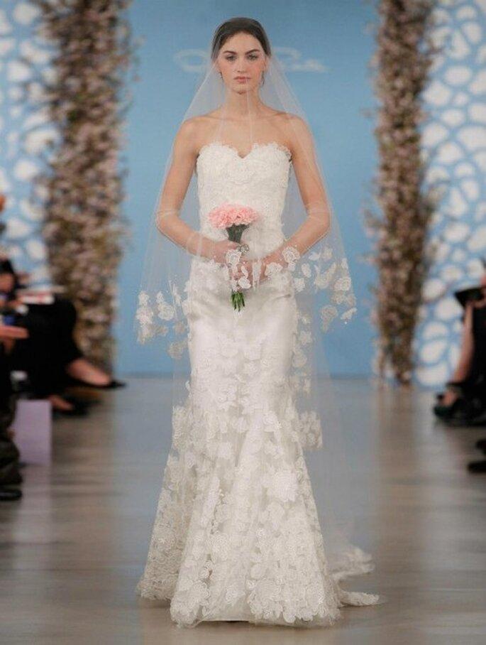 Vestido de novia con escote strapless corazón, falda y velo con bordados de flores - Foto Oscar de la Renta