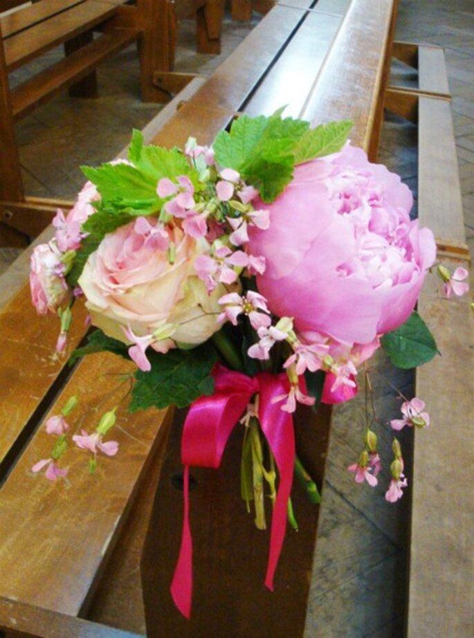 Les bouquets de banc, un bon moyen de décorer l'église pour votre mariage - Photo : Fruits, Fleurs, Feuillages