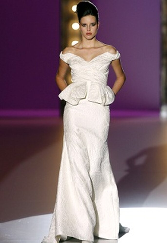 Vestido de novia largo, línea A, volantes en cintura, escote en V de hombros caídos