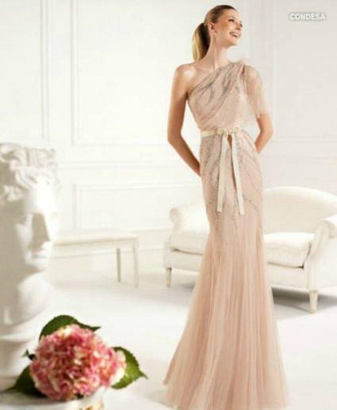 Ravissante robe de couleur nude Pronovias - Collection Robes de soirée 2013. Photo: www.pronovias.es