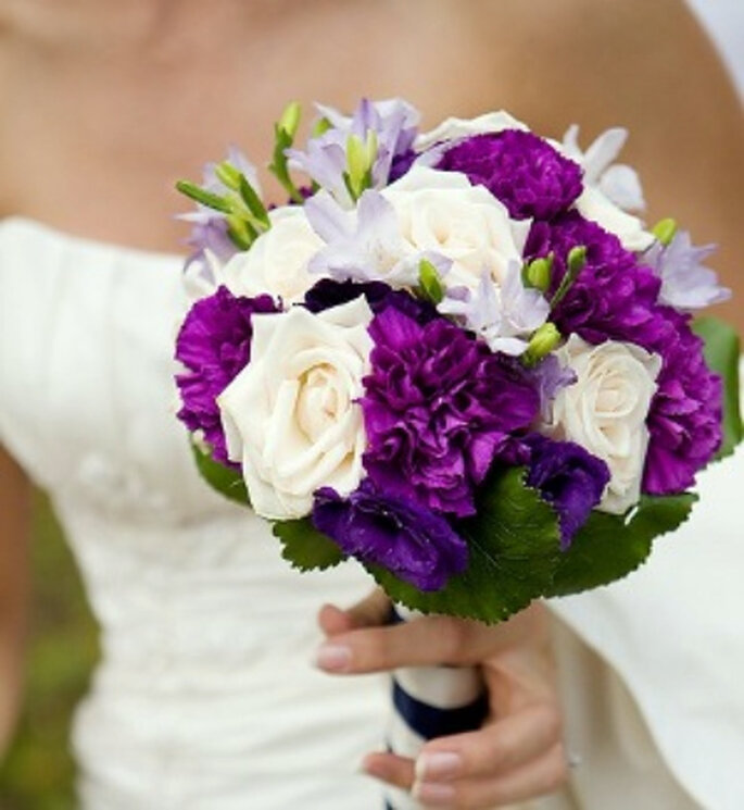Combina una flor morada con otras de distinto color
