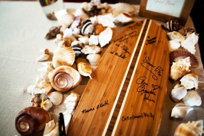 Un libro de firmas en una tabla de surf - Foto Christine Pham Photography