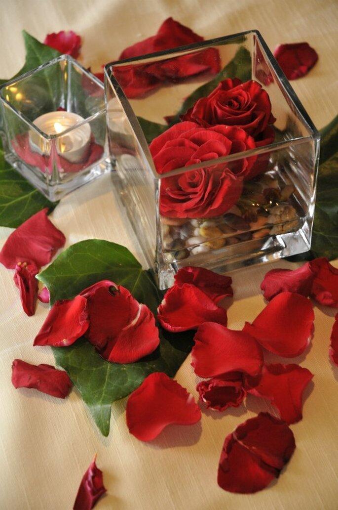 Le rose rosse sono uno dei fiori più usati ne centrotavola nuziali. Foto New Image Officina d'Immagine