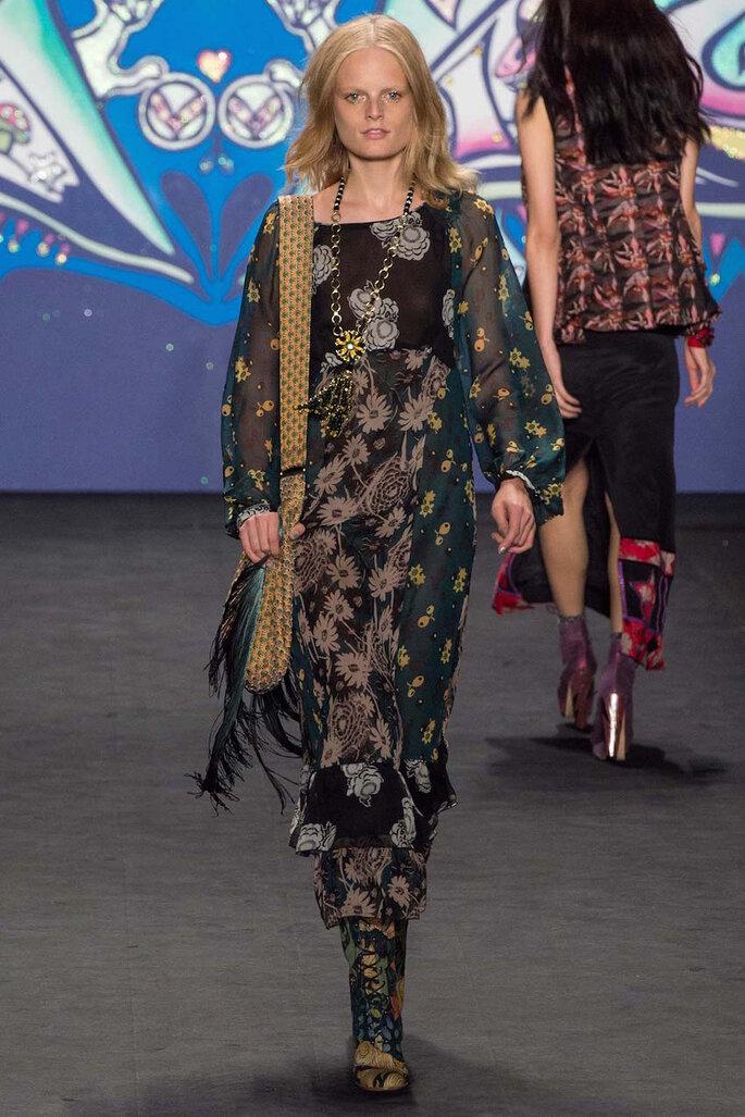 Vestidos de fiesta con estampados coloridos inspirados en los años 70 - Anna Sui Facebook Oficial