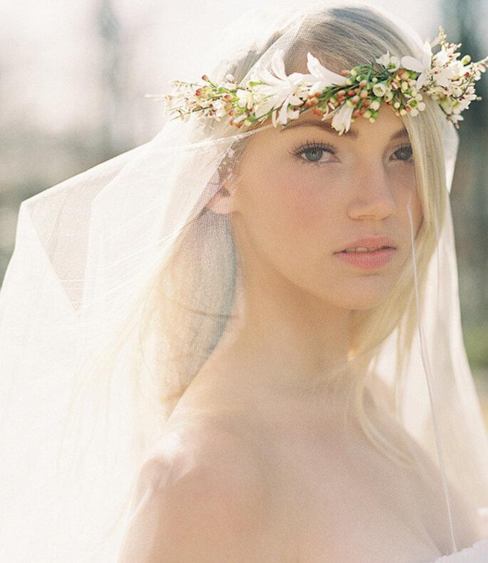 Combinar corona de flores y velo. Una opción muy romántica. Foto: Lianne Nichols