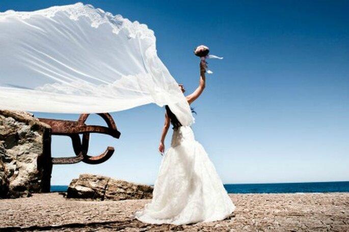 La novia a orillas del mar con el velo al viento- Foto: Víctor Lax