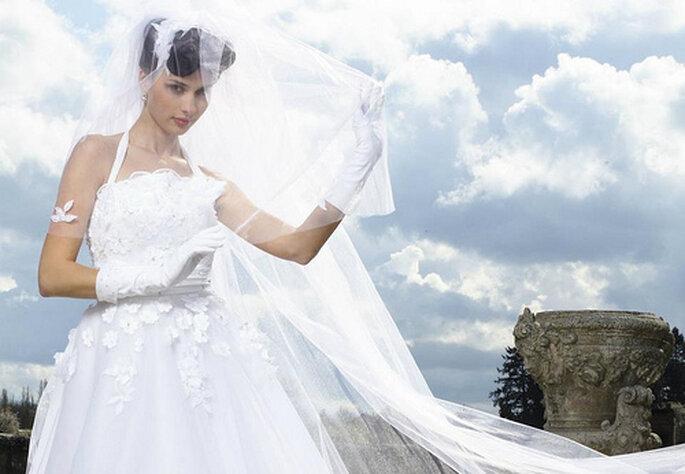 Vestido de novias con guantes cortos blancos de seda. Foto de Morelle Mariage Faceboo