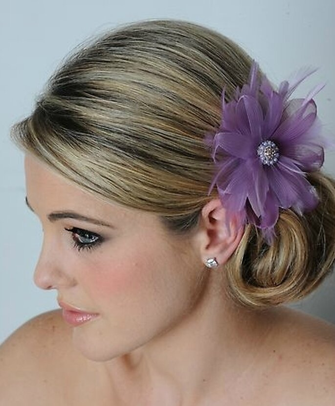 Peinado de novia recogido con tocado de color