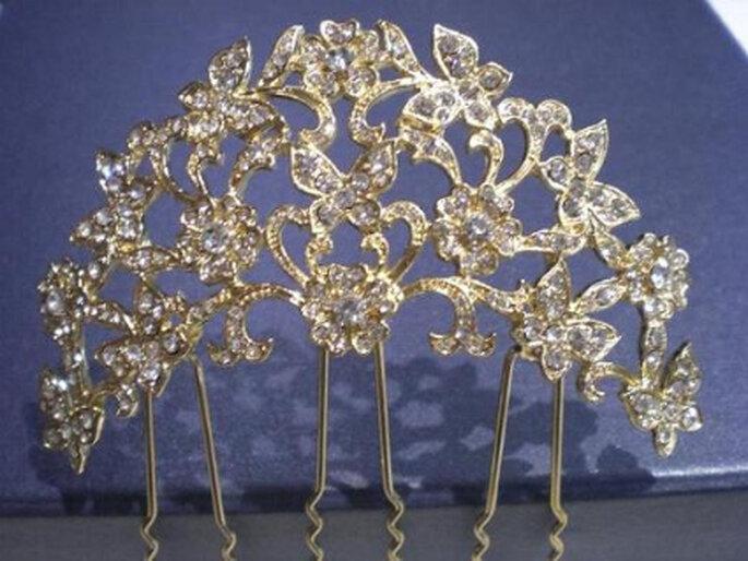 Horquillas de novia doradas simulando una diadema: se luce con vestidos en tonos alejados del blanco