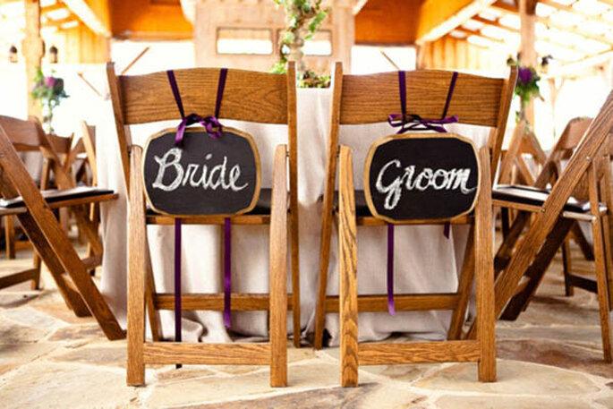 Decoraciones súper originales para las sillas en tu boda - Foto Bend the Light Photography