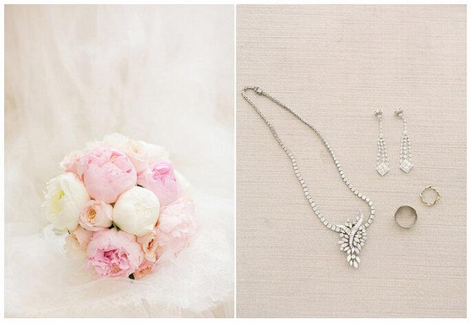 """Un bouquet en suaves tonos rosa da un acento delicado al estilo """"blanco total"""". Foto: KT Merry Photography"""