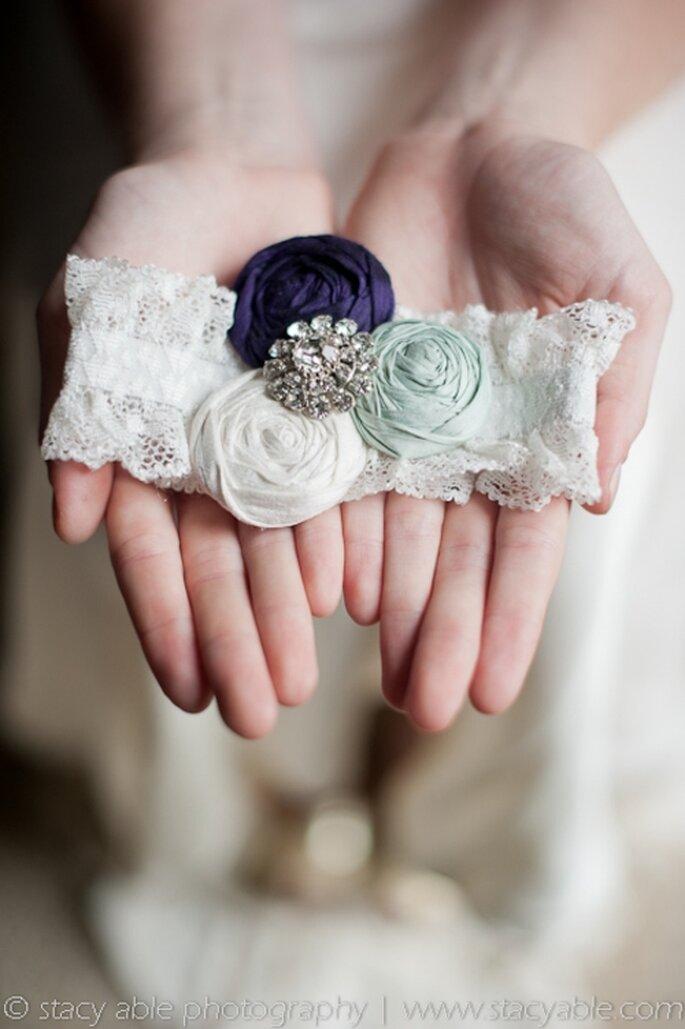 Liguero de encaje estilo vintage con flores de tela - Foto Emily Riggs Bridal
