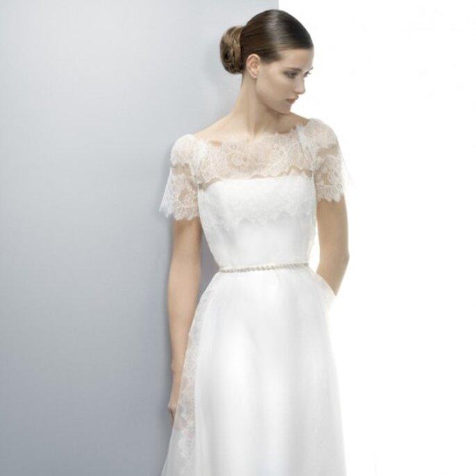 Vestido de novia 2013 con estilo romántico, escote ilusión y mangas cortas holgadas - Foto Jesús Peiró