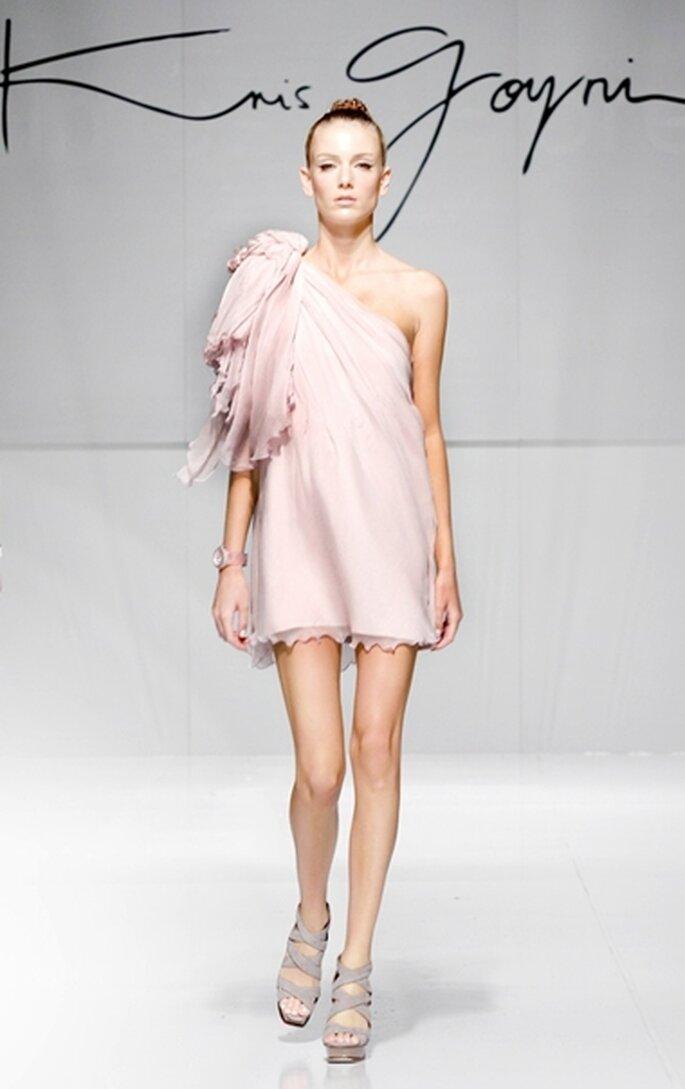 Vestido de fiesta corto a un hombro en color lila,  en gasa corrugada de seda con fondo en crepe de seda con detalle floral.