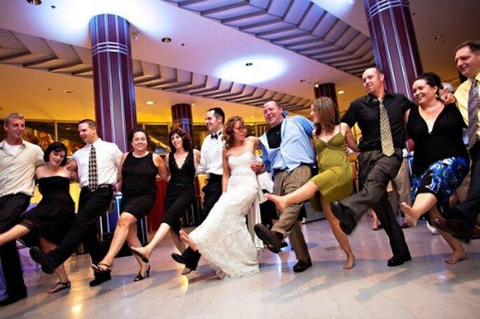 Pas de petites économies pour choisir le DJ de votre mariage - Source : Style Me Pretty)