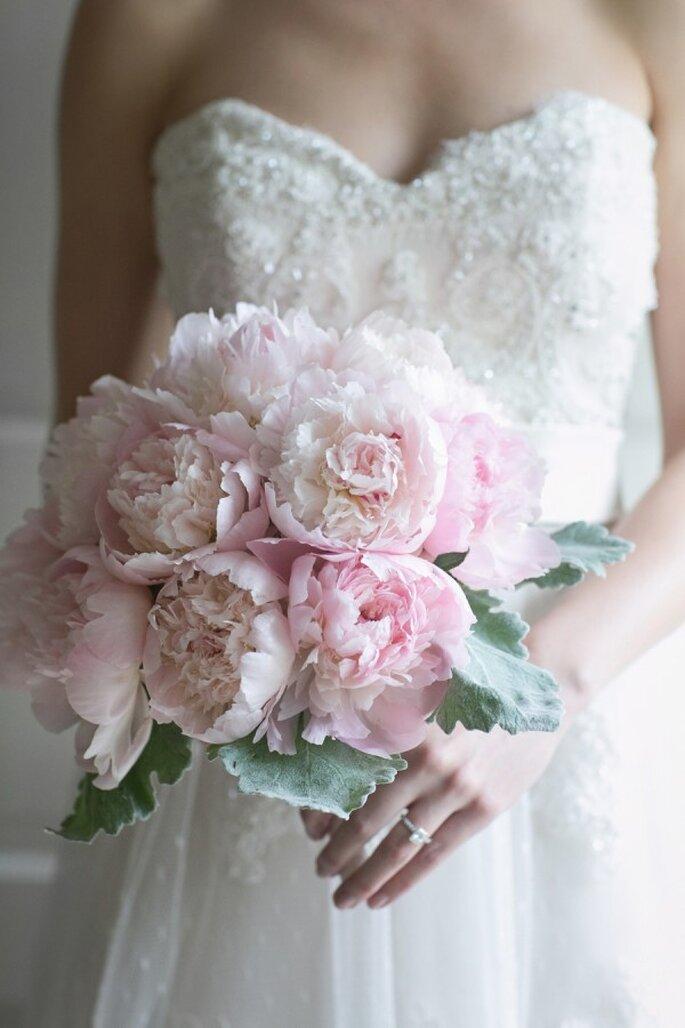 Un ramo de novia con peonías en color rosa pastel - Foto Lark Wedding Photography