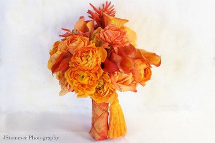 Ramo de novia con flores naranjas - JStemmer Photography
